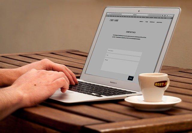 počítač, káva, ruce