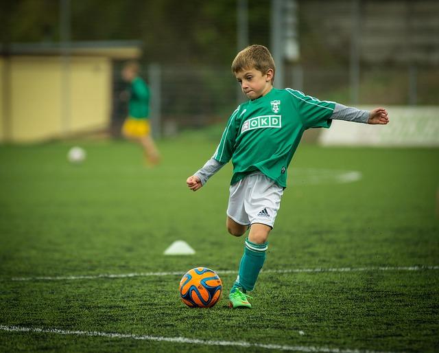 chlapec, fotbalista, míč