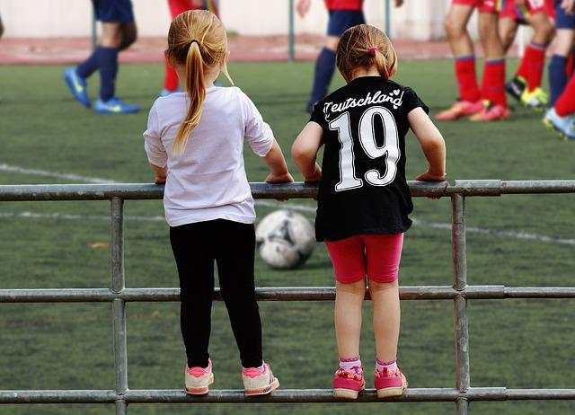 holčičky, zábradlí, míč