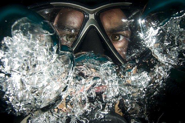 potápěč pod vodou