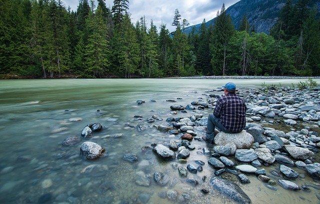 muž, řeka, příroda, kameny