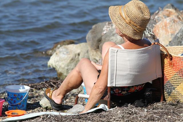 babička na pláži.jpg