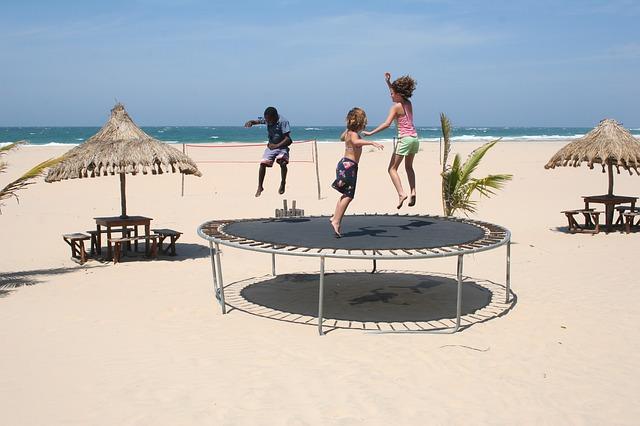 pláž s trampolínou.jpg