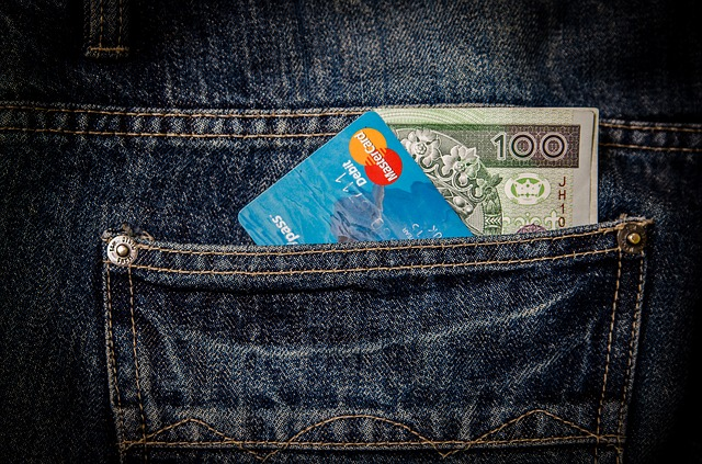 stovka s kreditkou v kapse