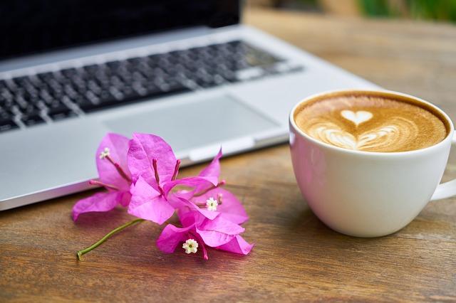 káva s květinou