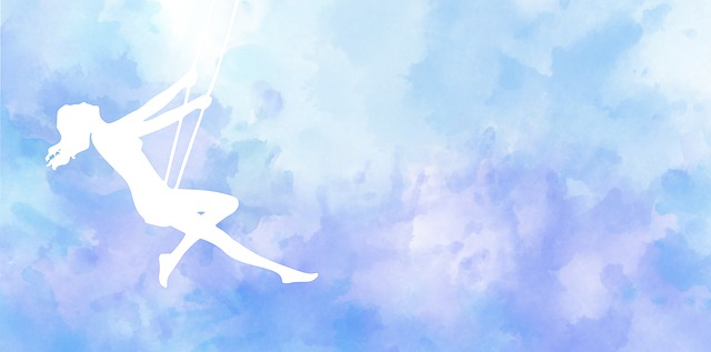 bílá silueta dívk houpající se na modrém pozadí