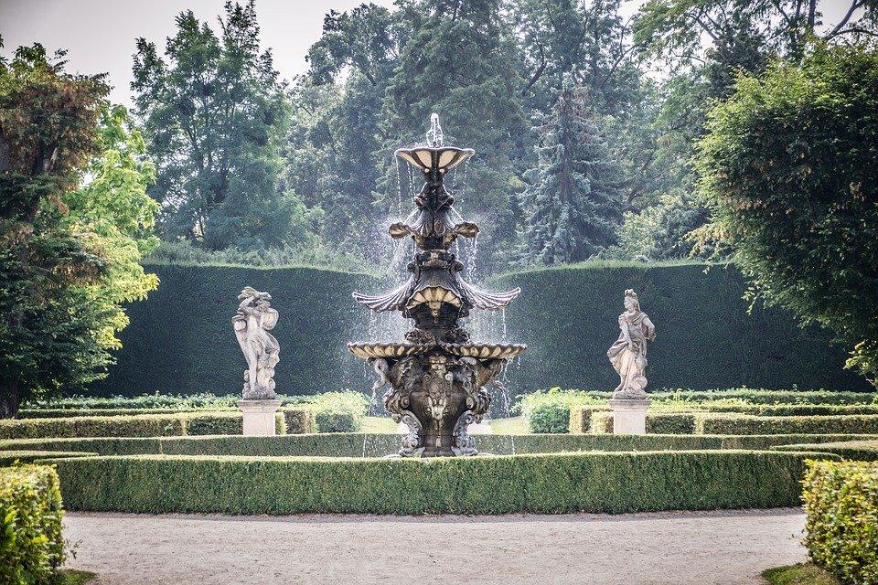 zámecká zahrada s fontánou